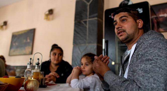Cum au ajuns tatăl și fiica să fie colegi în clasa a VI-a și înțelepciunea romilor învățați cu discriminarea