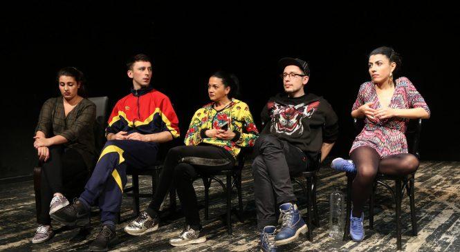 Actori renumiţi, printre care şi trupa de actori romi Giuvlipen, joacă în curtea unei case din Zalău, la festivalul Curtea Artiştilor