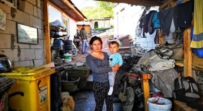 Copii flămânzi, mame minore și sărăcie lucie – O sută de familii trăiesc ca în Evul Mediu la marginea Sibiului