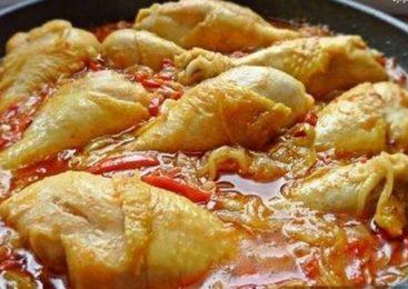 Pulpe de pui in sos de rosii cu legume si usturoi