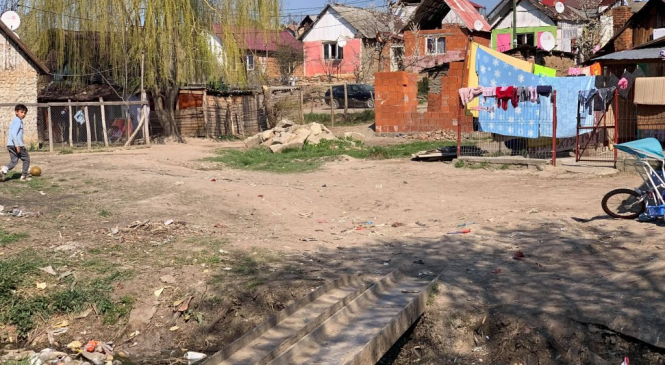 """Voluntarul care le duce pâine romilor dintr-un cartier sărac, amenințat de primar. """"Sunt câțiva deștepți care vor să profite, să iasă de 50 de ori pe zi din casă"""""""