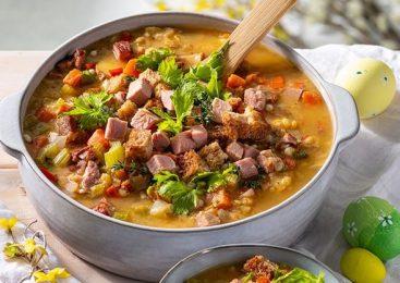 Ciorbă de carne cu afumătură, chifle prăjite