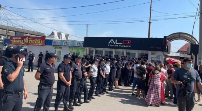 O nouă zi, noi TENSIUNI la Otaci. Peste 100 de romi au blocat o stradă din oraș