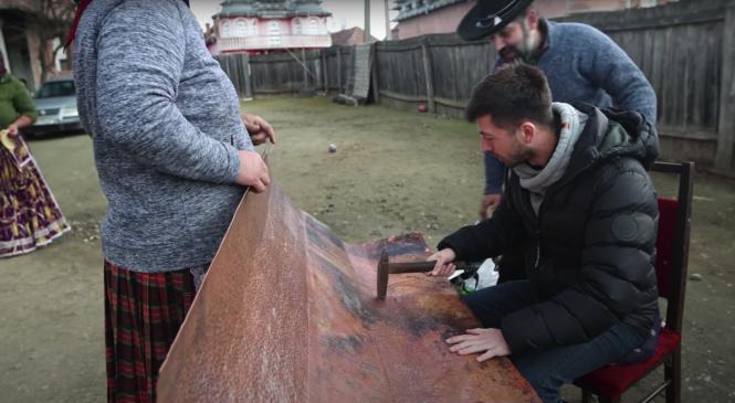 """Celebrul vlogger Mircea Bravo, acasă la un rom meșteșugar din județul Sibiu: """"La patru ani am pus prima data mâna pe ciocan"""""""