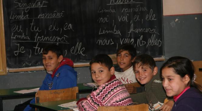 Ghiozdane și rechizite, oferite copiilor cu probleme financiare din Pătrăuți
