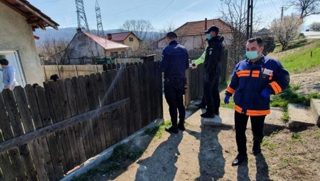 Romii trimişi în izolare într-un sat din Argeş au agresat echipele venite să verifice dacă respectă măsura