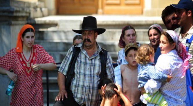 Scandal într-o comună din Suceava. Romii branşaţi ilegal cer socoteală primarului că au fost lăsaţi fără curent