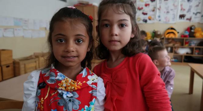Salvaţi Copiii: Segregarea copiilor romi în şcoli, interzisă pe hârtie, dar practicată pe teren