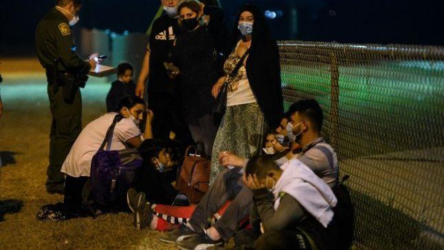 Sute de români de etnie romă trec graniţa dintre Mexic şi SUA pe plute  Citeste mai mult: adev.ro/qtq54x