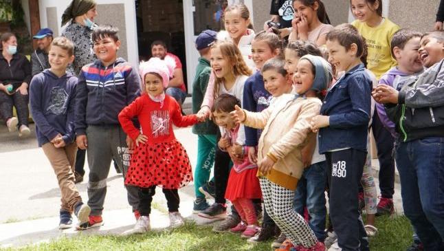"""Comunităţile de romi în care fiecare copil are deja calculator. Voluntariatul face """"Casă Bună"""" în Nucşoara–Argeş"""