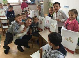 Tânăra profesoară care îi învaţă pe copiii romi să-şi asume identitatea. Îşi împarte mâncarea cu elevii flămânzi